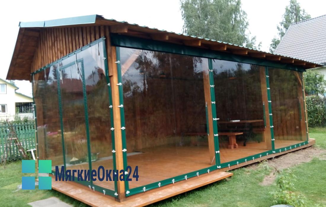 Мягкие окна для беседки с зеленой крышей