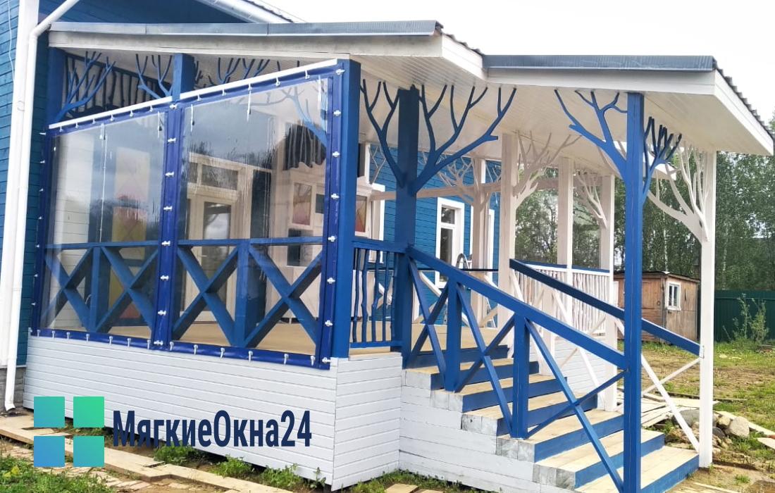 Мягкие окна для террасы с синей окантовкой